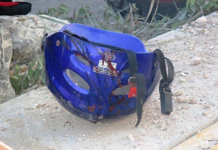 El casco amortiguó los golpes en la cabeza que recibió el motociclista al derrapar.  (Redacción/SIPSE)
