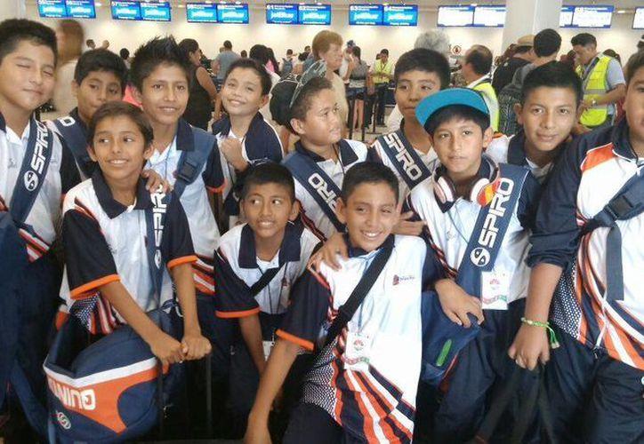 Los niños que partieron para las justas deportivas. (Pedro Olive/SIPSE)