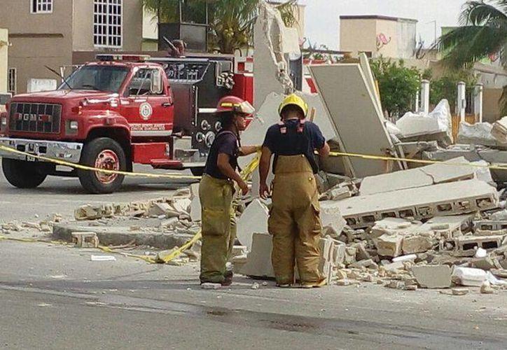 El Heroico Cuerpo de Bomberos de Cancún y personal de Protección Civil, se encargaron del derrumbe en Haciendas Real del Caribe. (Redacción/SIPSE)