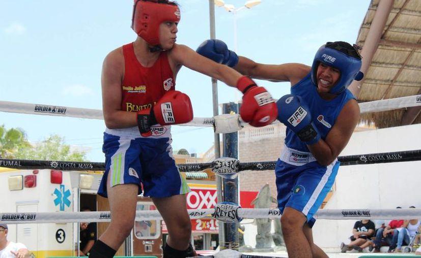 """Andros Salgado (izquierda) se llevó el título en los 70 kilos de la Infantil Mayor. Superó en la final a Moisés """"Chino"""" García. (Raúl Caballero/SIPSE)"""