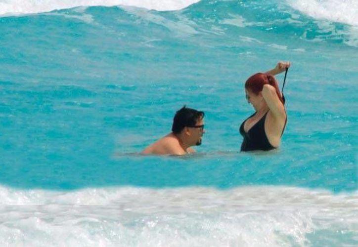 La cantante luchaba contra la fuerza del las olas, pero sus intentos fueron en vano. (Twitter/@AltavozCancun)