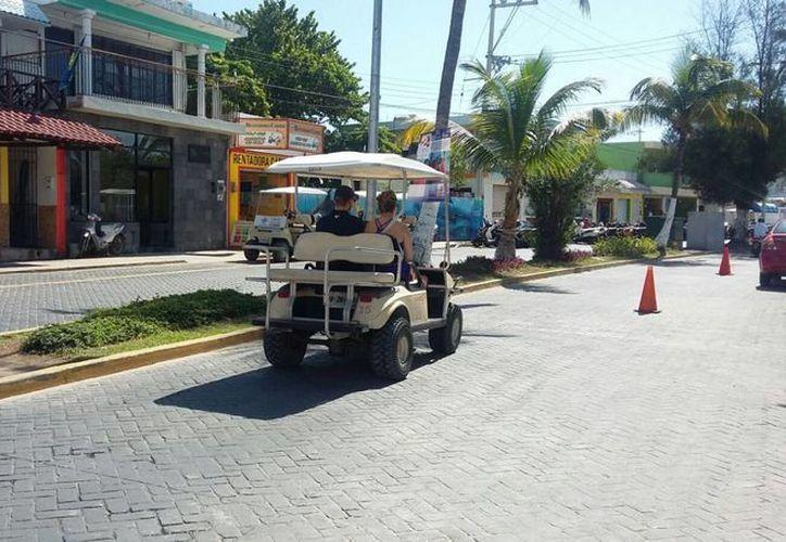Los turistas recorren la isla a pie, en carritos de golf o taxis. (Israel Leal/SIPSE)