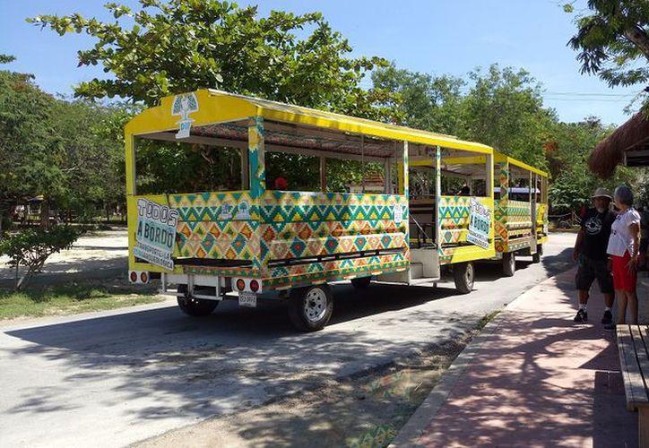 Turistas usan el servicio de tren para llegar de la entrada de la zona arqueológica de Tulum, hasta la taquilla y viceversa. (SIPSE)