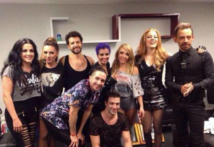 Integrantes de Kabah y OV7 en el backstage del concierto en Monterrey, donde a Ari Borovoy se le cayeron los pantalones. (Twitter)