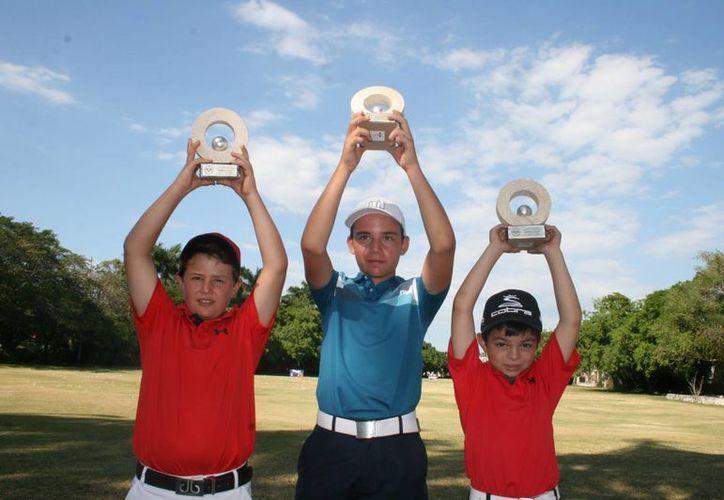 Manuel Barbachano (i), Juan Pablo Zetina (c) y Francisco Berny (d), se proclamaron monarcas en sus respectivas categorías de la VIII Copa Yucatán de Golf. (Milenio Novedades)
