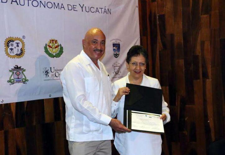 El rector de la Uady entregó reconocimientos a los conferenciantes del Séptimo Encuentro Regional de Tutoría. (Milenio Novedades)