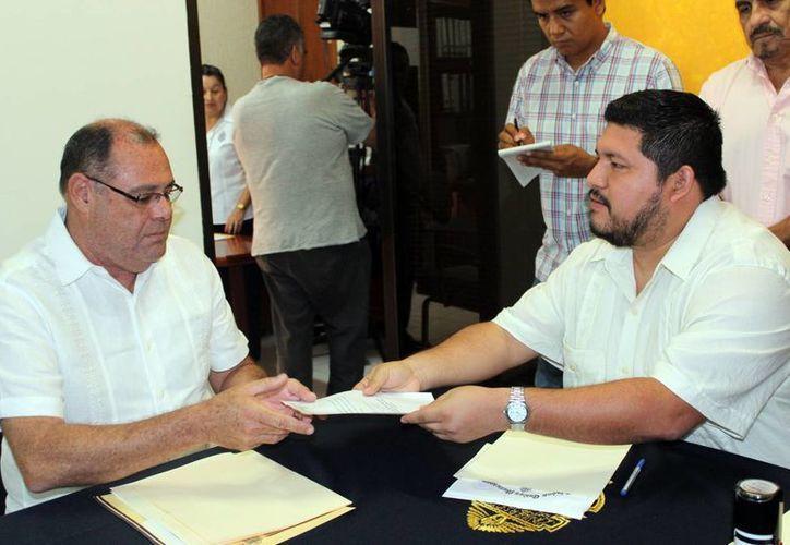 Jorge Zavala al momento de registrarse como candidato a la rectoría de la Uady en la Secretaría Académica. (Milenio Novedades)