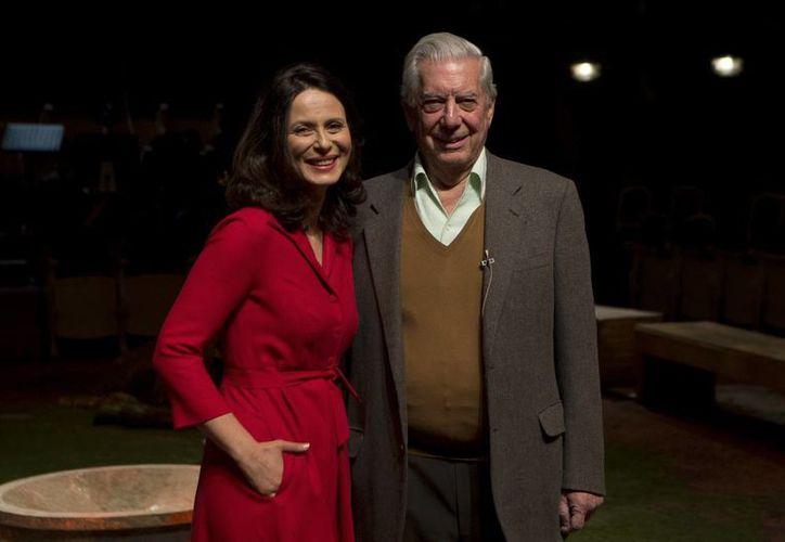 """El escritor Mario Vargas Llosa, quien actuará junto con Aitana Sánchez-Gijón en su obra Los cuentos de la peste', dijo de ella: es una magnífica actriz, pero además buena compañera, muy generosa con mis deficiencias de actor"""". (Foto: AP)"""