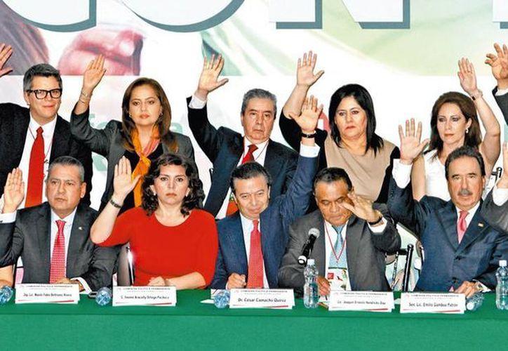 Dirigentes, legisladores y líderes de sectores cerraron filas con el proyecto oficial. (Milenio)