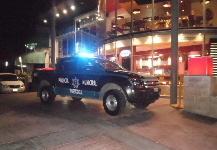 La policía ubicó una camioneta abandonada, la cual utilizaron los delincuentes para fugarse. (Eric Galindo/SIPSE)