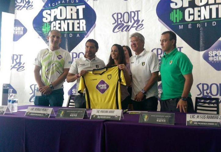 Imagen de la firma de convenio entre Venados FC Yucatán y el gimnasio Sport Center. (Marco Moreno/SIPSE)