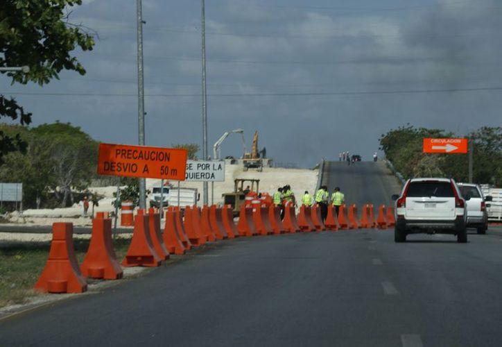 Ya no existe forma de cruzar sobre el puente, en algún sentido; solamente están abiertas las laterales. (Fotos: José Acosta/Milenio Novedades)