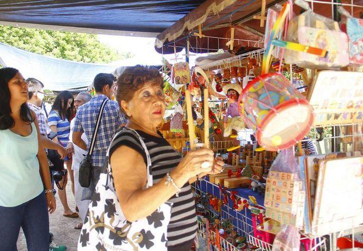 De acuerdo con el Ayuntamiento, la eventual reestructuración del programa Mérida en Domingo atraerá aún más a turistas nacionales y extranjeros. Imagen de archivo de una zona donde se expenden artesanías. (Milenio Novedades)