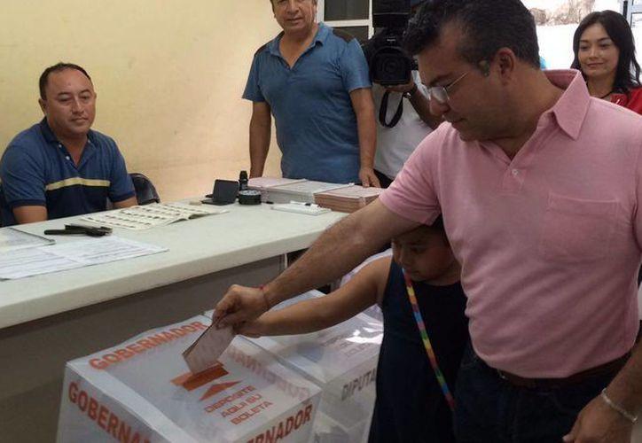 El candidato a gobernador por la Coalición Juntos Somos Quintana Roo, Mauricio Góngora Escalante al momento de votar. (Redacción/SIPSE)