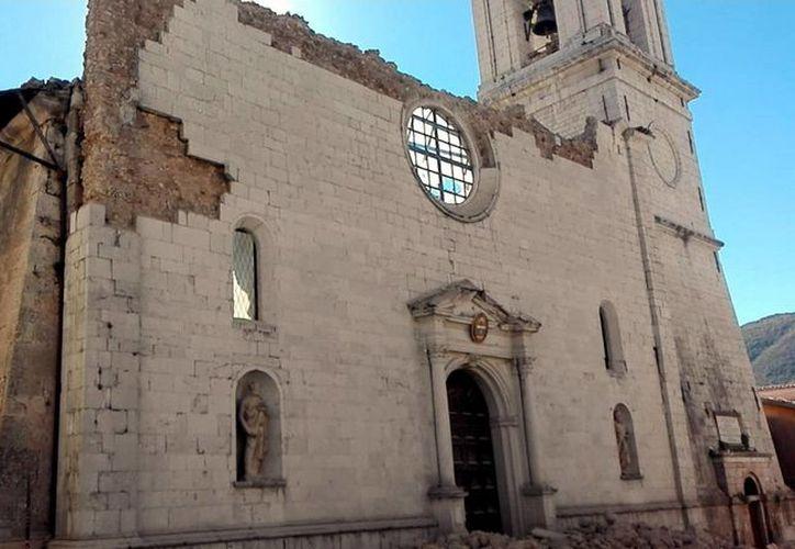 Imagen de la Catedral de Santa Maria Argentea que se destruyó hoy por el terremoto, en Norcia, Italia. El centro de Italia fue golpeado por un sismo de gran alcance, este domingo, que derribó edificios que resistieron a recientes temblores. (Matteo Guidelli / ANSA través AP)