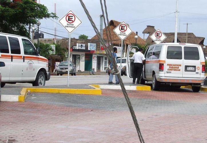 Trabajadores del volante se apropian de espacios públicos para instalar sitios de taxi. Hay más de 10 en la ciudad. (Rossy López/SIPSE)