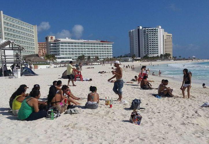 Playas Gaviota Azul y Delfines lucieron abarrotadas de visitantes. (Israel Leal/SIPSE)