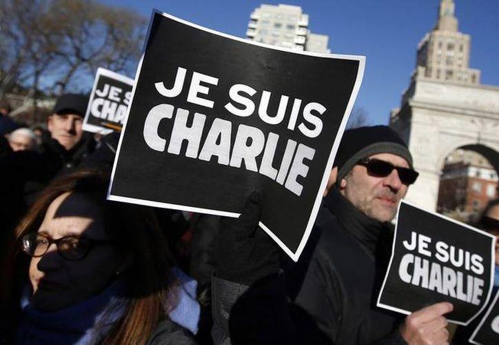 Manifestantes en NY que se unen a los franceses con la frase 'Je Suis Charlie' en honor a las víctimas de los dos ataques terroristas en París, una en la oficina de Charlie Hebdo y otra en un mercado kosher. (Agencia)