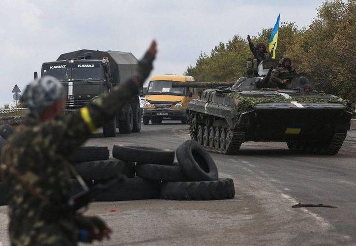 Las autoridades de Donetsk aseguran que hay 400 cadáveres en las morgues, luego de más de 4 meses de enfrentamientos. En la imagen -utilizada sólo como contexto-, el Ejército ucraniano patrullan los alrededores de la ciudad de Kramatorsk. (Efe/Archivo)