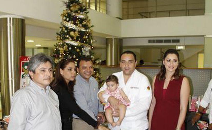 El gobernador entregó los juguetes a ejecutivos de Novedades de Quintana Roo. (Juan Estrada/SIPSE)