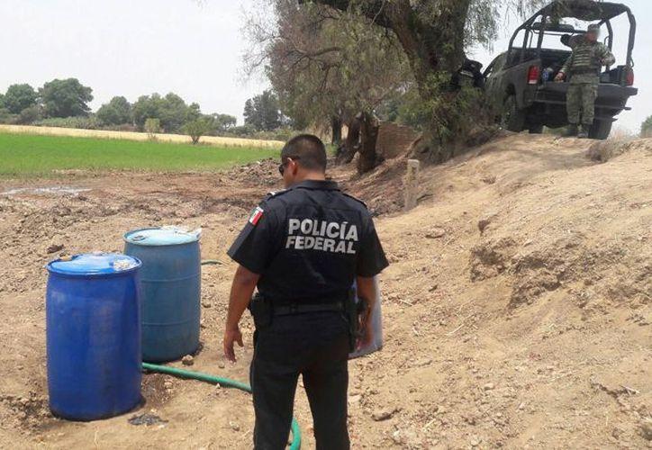 Autoridades federales, estatales y municipales, aseguraron cerca de 141 mil litros de hidrocarburo. (La Jornada)