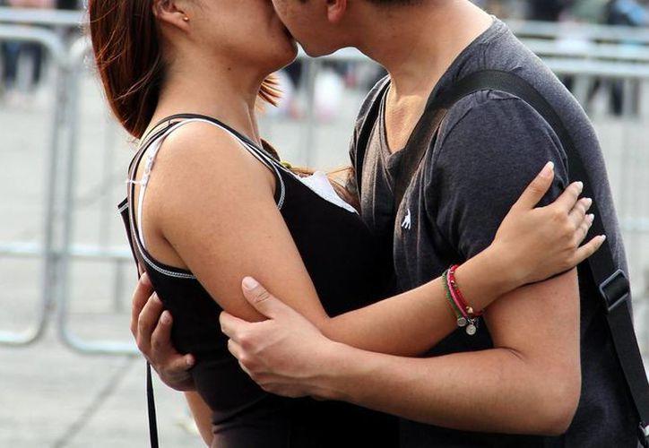 Autoridades de salud recomiendan a los jóvenes ejercer su sexualidad de manera responsable; una opción es el uso del preservativo. Imagen de contexto. (Archivo/Notimex)
