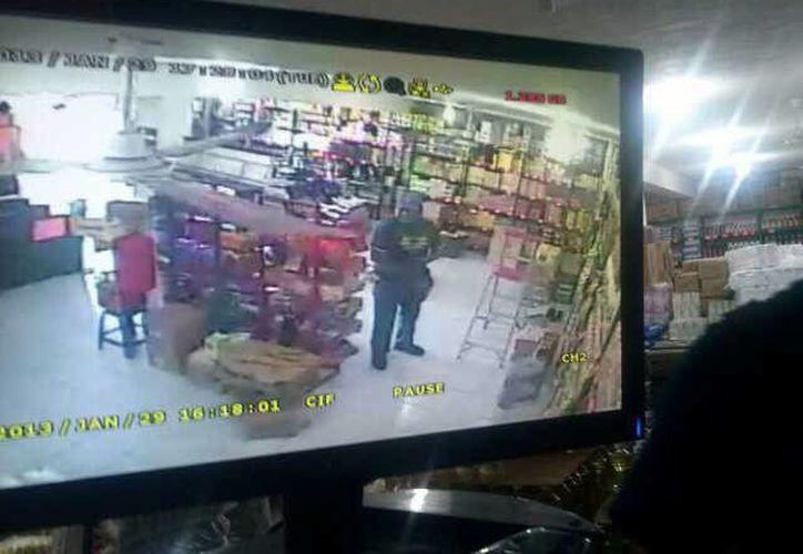 """La cámara de seguridad registró el momento cuando el delincuente cometió el robo en una de las tiendas """"Márlon"""". (Juan Palma/SIPSE)"""
