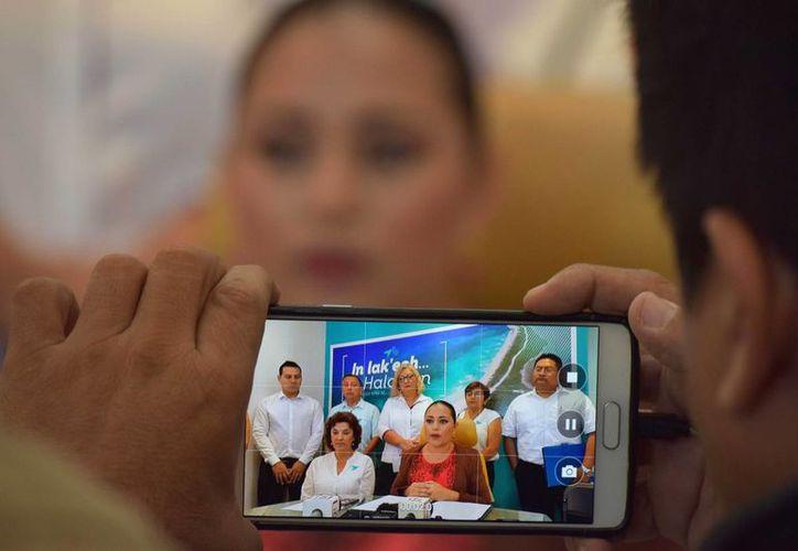 La presidenta municipal de Cozumel, Perla Tun, habló de su viaje a Colombia luego de que la prensa la interrogó al respecto. (Gustavo Villegas/SIPSE)