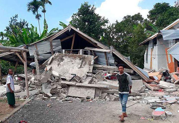 Según las autoridades, hay 14 víctimas mortales, tras el sismo en la aldea de Sajang, la región de Lombok, Indonesia. (Foto: AP)