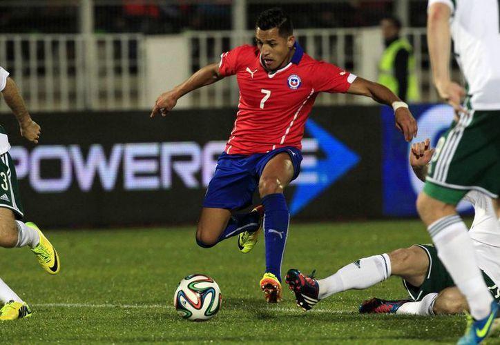 Alexis Sánchez de la seleccion chilena de futbol se prepara para patear la pelota durante un partido amistoso frente a Irlanda del Norte, en Valparaiso, Chile. (AP)