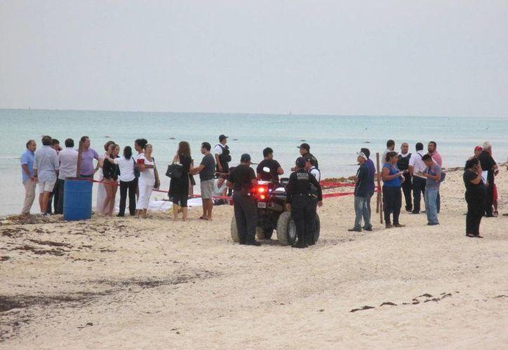 Una de las tres menores, que nadaban en la playa y fueron impactadas por un rayo, sobrevivió a la descarga eléctrica. (Redacción/SIPSE)
