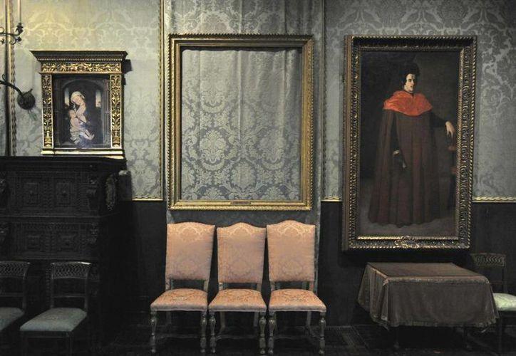 """Algunas de las pinturas, como """"La tormenta en el mar de Galilea"""" de Rembrandt, fueron cortadas de sus marcos. (AP)"""