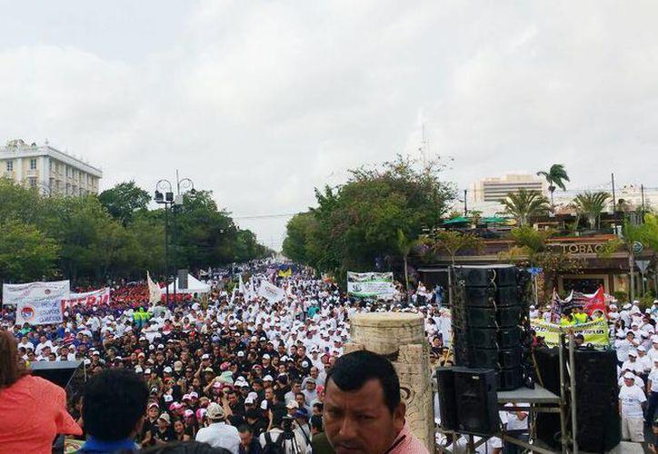Autoridades y líderes sindicales presidieron la marcha con motivo del Día del Trabajo, en el Paseo de Montejo de Mérida. (Milenio Novedades)