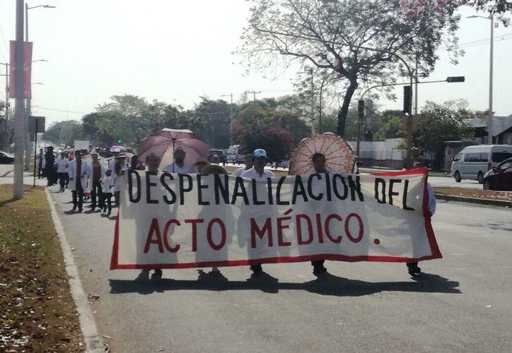 La manifestación dio inicio en el Hospital General con rumbo a la Procuraduría General de la República; piden justicia para su compañero, detenido en la capital de Oaxaca. (Joel Zamora/SIPSE)