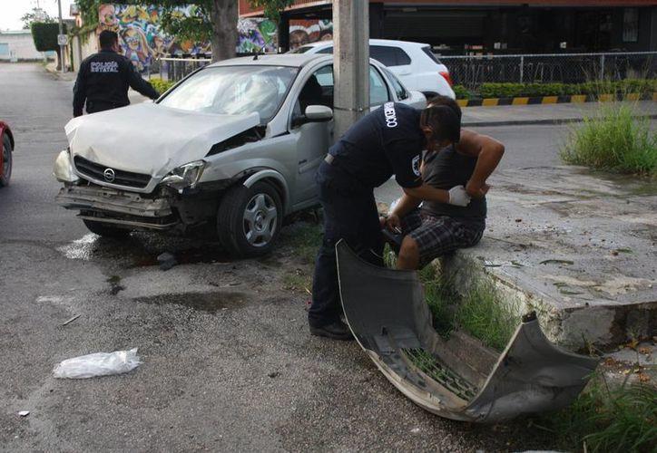 Fuerte colisión se registró en la colonia San Juan Grande, de una camioneta Courier que se pasó el alto e impactó contra un Corsa que a su vez se estampó contra el poste. (Milenio Novedades)