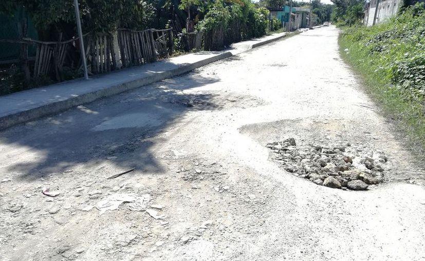 Las últimas lluvias que se registraron, ocasionaron grandes baches en las calles de la comunidad. (Javier Ortiz/SIPSE)