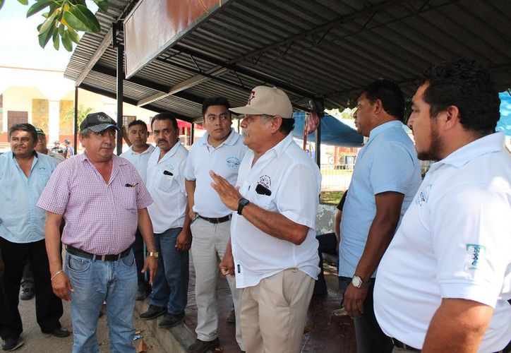 Un grupo de taxistas de Nuevo X-Can, acudió en el sitio de Kantunilkín, para expresar sus inconformidades. (Raúl Balam/SIPSE)