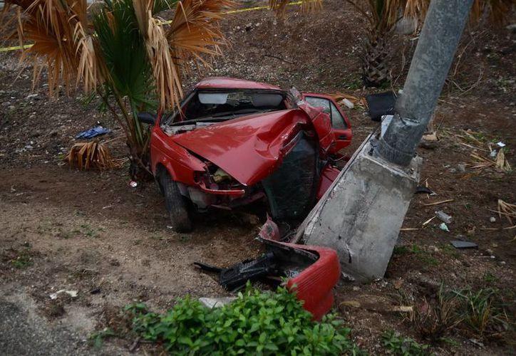 Bomberos y paramédicos de la Secretaría de Seguridad Pública rescataron atendieron a las dos lesionadas. La conductora falleció en el lugar de los hechos. (SIPSE)