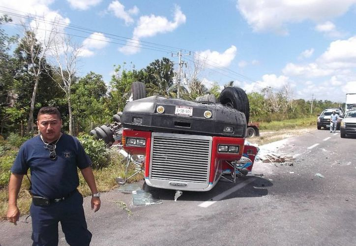 El tráiler volcó en el tramo Buenavista-Limones. (Javier Ortiz/SIPSE)