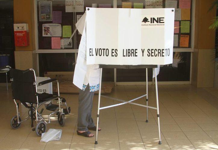 De acuerdo con el INE, en Yucatán ha sido copiosa la participación de los electores. En la imagen, una casilla del norte de Mérida. (Carlos González/SIPSE)