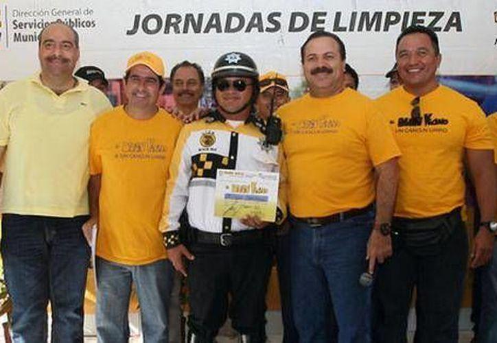 En la imagen, aparece al centro  el policía que fue reconocido en el evento. (Cortesía/SIPSE)