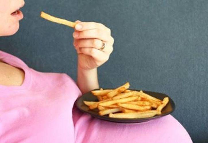 Comer papas fritas durante el embarazo es tan nocivo como fumar, según científicos. (Actualidad RT)