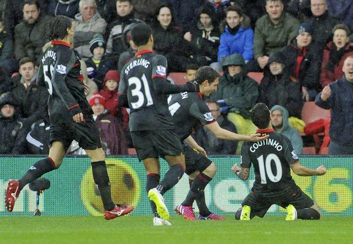 El jugador del Liverpool Phillippe Courtinho (d) celebra un gol durante el partido de la Premier que han jugado Southampton y Liverpool este domingo. (EFE/EPA)
