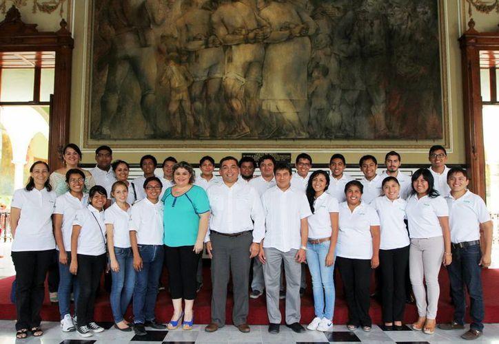 Alumnos de la UTM que viajarán a Francia y a Canadá, en Palacio. (Milenio Novedades)