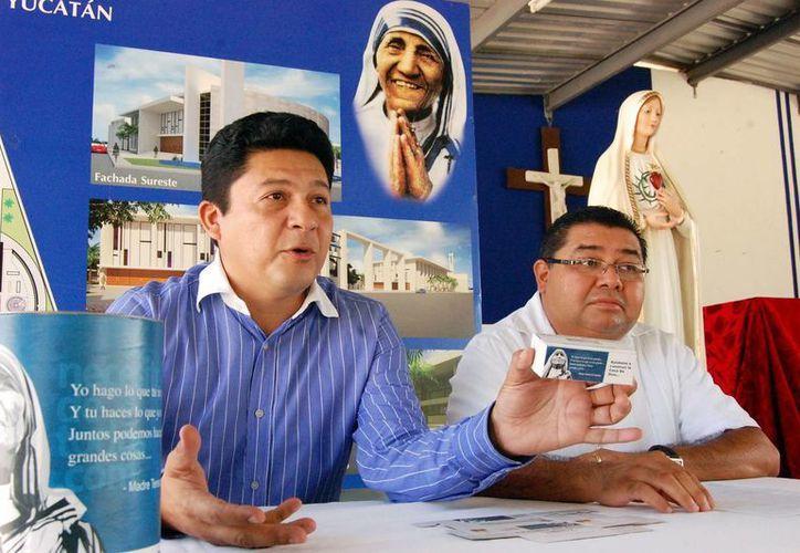 El cuasipárroco Baltasar Cervera Chuc (d) y el arquitecto Genner Loría Salazar. (Wilbert Argüelles/SIPSE)