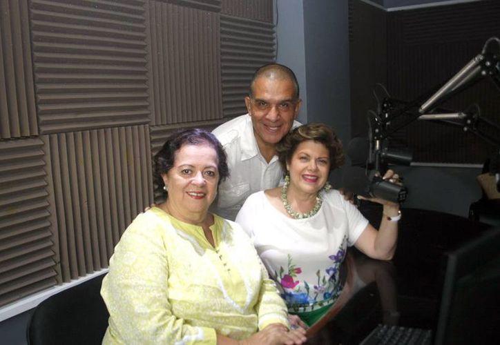Esperanza Nieto (i), Alis García y Miguel Angel Tlacatelpa, en el programa Salvemos una vida. (Christian Ayala/SIPSE)