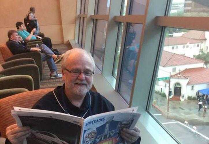 Joe Horrigan se dio tiempo para leer el suplemento especial del Super Bowl que publicó Novedades Quintana Roo. (Enviado especial: Sixto López/SIPSE)
