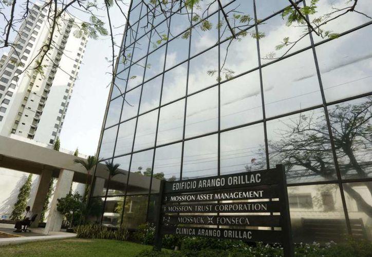 La fachada del edificio Arango Orillac donde se encuentra el bufete de abogados Mossack Fonseca en Panamá. (AP Foto/Arnulfo Franco)