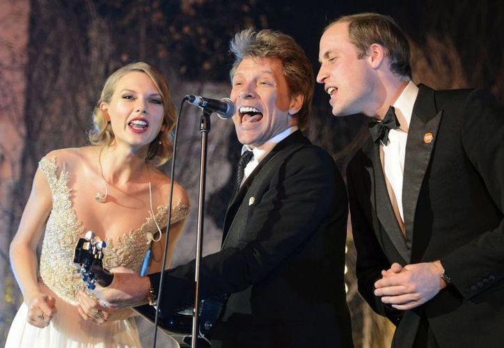 Taylor Swift, Jon Bon Jovi y el príncipe Guillermo durante su actuación en el Palacio de Kensington en Londres. (Agencias)