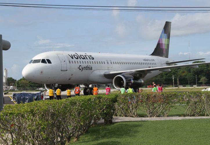 La empresa Volaris se encargó de facilitar el arribo y la salida de los atletas participantes en el triatlón. (Joel Zamora/SIPSE)